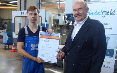 Kammerpräsident Klaus Repp überreicht Marc Schneider, Lehrling des Monats Juli, eine Armbanduhr und eine Urkunde. Bild: Handwerkskammer