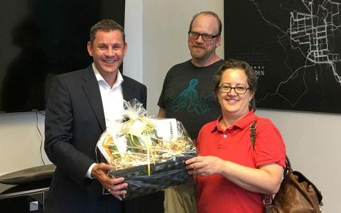 OB Sven Gerich überreicht Sara Tsudome einen Präsentkorb mit Köstlichkeiten aus Wiesbaden. Bild: Stadt Wiesbaden