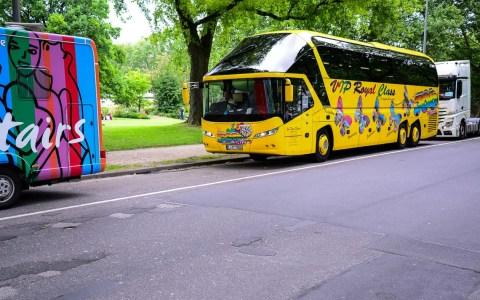 Reisebusse geparkt an der Herbertanlage, Friedrich Ebert Allee in Wiesbaden. Der inoffilzielle Busparkplatz von Wiesbaden. Bild: Volker Watschounek