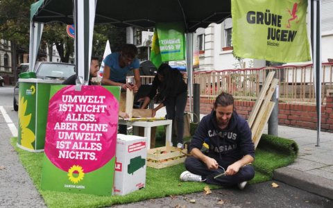 """Beim dritten Wiesbadener """"Park(ing) Day"""" besetzte die Grüne Jugend Wiesbaden einen Parkplatz am Sedanplatz im Stadtteil Westend. Bild: Bündnis 90/Die Grpünen"""