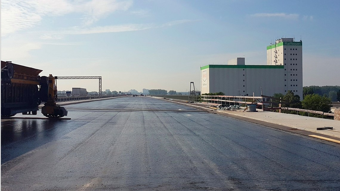 Die neue Brückenhälfte der A 643. Bild: Hessen Mobil