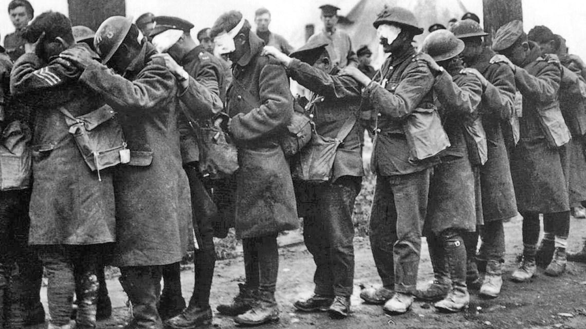 Von Tränengas geblendete Angehörige der britischen 55. Division während der Vierten Flandernschlacht am 10. April 1918. Bild: Wikipedia