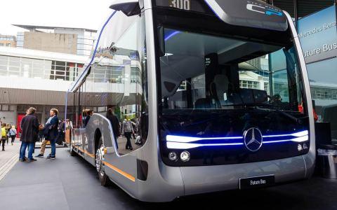 Stuttgart, Besucher schauen sich das Konzept City Pilot 300 von Mercedes Benz an. Bild: Flickr / CC BY 3.0 / Marco Verch