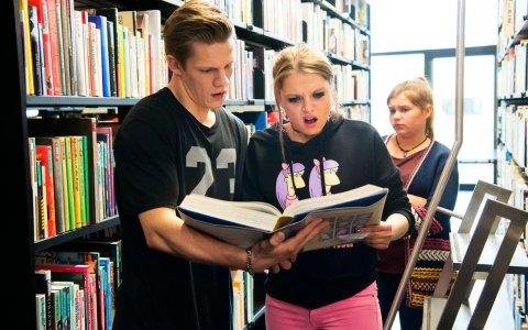 """""""So viele Buchstaben…"""" - """"Und Wörter!"""". Danger (Max von der Groeben) und Chantal (Jella Haase) sind von ihrem Ausflug in die Schulbibliothek ehrlich überrascht. Bild: ©2017 Constantin Film"""