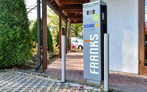 Servicebereitschaft verpflichtet. Wiesbadens erste E-Tankstelle eines Restaurants. Bild: Volker Watschounek