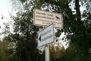 Die Schilder zeigen deutlich, wo der Hund angeleint werden muss ... und wo nicht. Bild: Mario Bohrmann