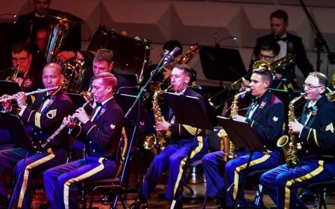 """Archivbild: Auch 2016, 2017 haben die """"United States Army Garrison Wiesbaden"""" und die Landeshauptstadt Wiesbaden zum Weihnachtskonzert """"The Sounds of Christmas"""" ins Kurhaus eingeladen. @2016 Volker Watschounek"""