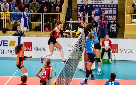 Der Ball ging ins Netz. Selma Hetmann und Kimberly Drewnoik wären zur Stelle gewesen. VBL Frauen | 1. Bundesliga | VC Wiesbaden : Allianz MTV Stuttgart | 1:3 | 2. Deztember 2017 ©2017 Volker Watschounek