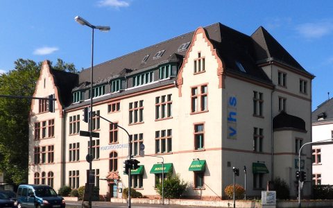 Hauptsitz der Volkshochschule Wiesbaden (vhs) im Europaviertel an der Schiersteiner Straße. ©2017 Brühl Wikimedia Commens