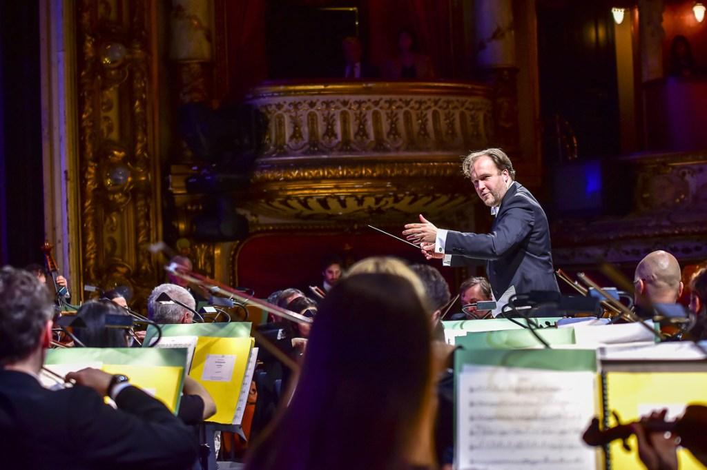 Wiesbadens General Musik Direktor Patrick Lange in seinem Element beim Neujahrskonzert im Hessischen Staatstheater. @2018 Volker Watschounek
