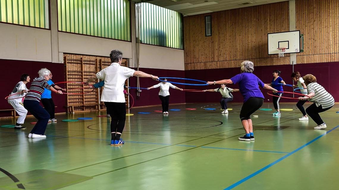 Freizeitsportkurse: Es geht weniger um Leistung, vielmehr um gemeinsamen Spaß. Einmal die Woche treffen sich die Senioren um gemeinsam Sport zu treiben. ©2018 Volker Watschounek