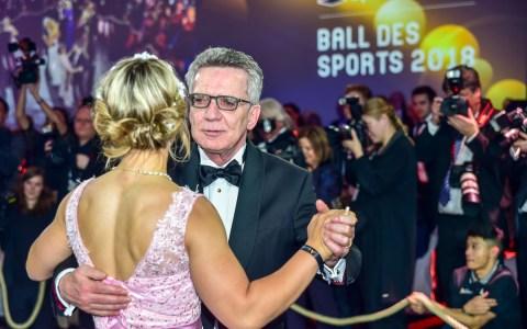 Balleröffnung – Innenminister de Maiziere und Radfahrerin Kristina Vogel. ©2018 Volker Watschounek
