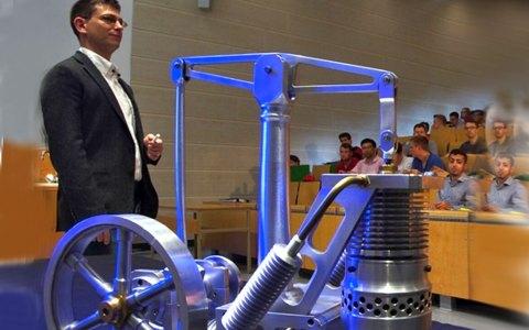Professor Gerald Kunz mit dem Modell eines Stirling-Motors, einer Wärmekraftmaschine. ©2018 Gerald Kunze