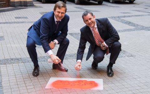 Sven Gerich und Dr. Oliver Franz im Zeichen des Fotowettbewerbs-Zoom.