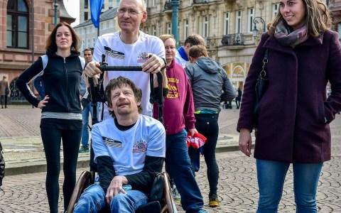 Es war ein Kommen und gehen. Im Kern setzten rund 30 Teilnehmer am Samstag ein Zeichen gegen den Rassismus – und liefen die 600 Meter Runde usm Rathaus. ©2018 Volker Watschounek