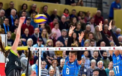 Frauen Volleyball Bundesliga | 20. Spieltag | VC Wiesbaden - Ladies in Black Aachen | 3:2 – Mit dem 3:2 Sieg in der eigenen Halle sichern sich Wiesbadens Volleyballerinnen den günstigeren vierten Platz für die Playoffs, die nächsten Samstag beginnen. Wiesbaden empfängt dann: Aachen.