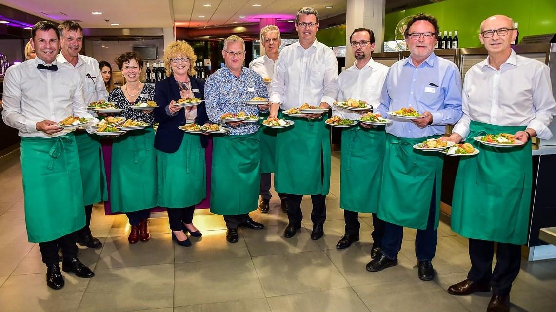 Prominente servieren Erstsemestern 3-Gänge-Menü