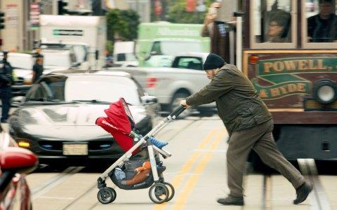 Kulturschock: Rory (Brian Cox) mit seinem Enkel in den turbulenten Straßen von San Francisco. ©2018 Constantin Film