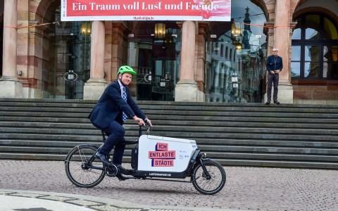 """Verkehrsdezernent Andreas Kowol hat am 26. April, ein Lastenrad aus dem Projekt """"Ich entlaste Städte"""" der Klimaschutzinitiative des Bundesumweltministeriums in Empfang genommen. ©2018 Volker Watschounek"""