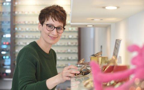 Optikermeisterin Elisa Merchant bei ihrem Arbeitgeber Brillen Bouffier. @2018 Handerkskammer