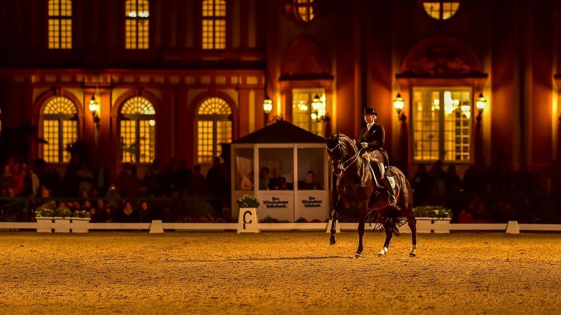 Die Rosenheimerin von Bredow-Werndl gewinnt die Flutlichtkür in Wiesbaden