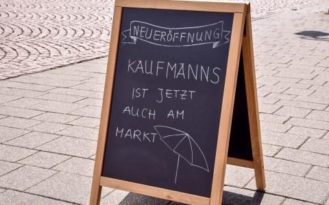 Ein Kaffee auf dem Schloßplatz, na ja, nicht auf, aber doch am. Das ist das neue Kaufmanns. ©2018 Volker Watschounek