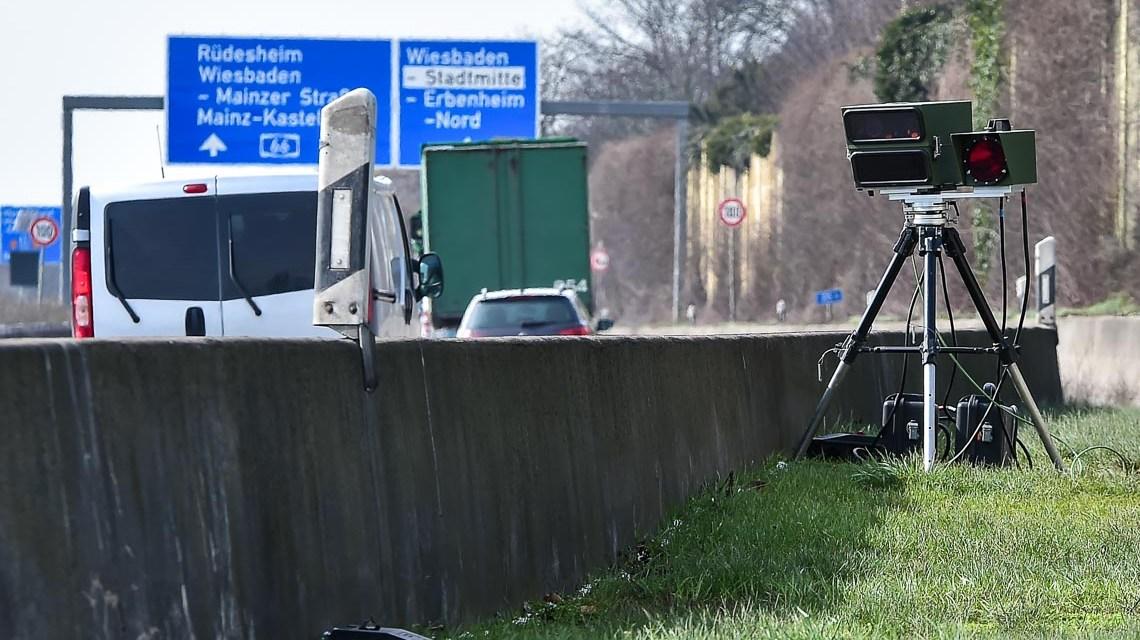 Unangekündigte Geschwindigkeitsmessung der Verkehrspolizei auf der A66, unmittelbar vor der Ausfahrt Wiesbaden Erbenheim. ©2018 Volker Watschounek