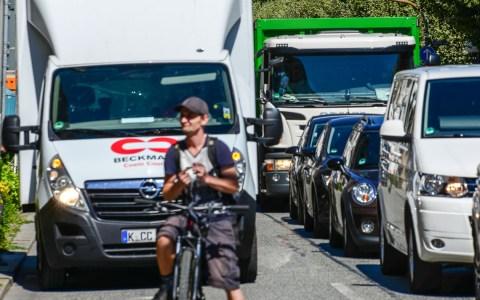 Farrad, Bus und Bahn - oder eben Auto. Alltag in Wiesbaden. Welches Verkehrsmittel ist am besten geeignet. ©2018 Volker Watschounek
