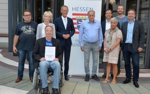 """Staatsminister Axel Wintermeyer (Vierter von links) empfängt die hessischen Finalisten der """"Google.org Impact Challenge 2018"""". Auf dem Bild fehlen die Vertreter des Vereins Pixel. ©2018 Hessische Staatskanzlei"""