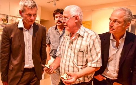 Pilzberatung: Pilzexperte Franz Heller erklärt Umweltdezernet Andreas Kowol und Roland Petrak worauf es beim Pilze sammeln ankommt. ©2018 Volker Watschounek
