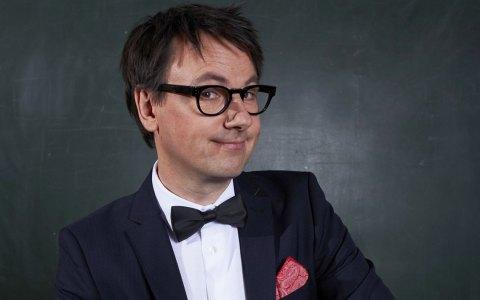"""Schnoys neues Kabarettprogramm heißt """"Dummikratie – warum Deppen Idioten wählen."""" ©2018 Franca Wrage"""