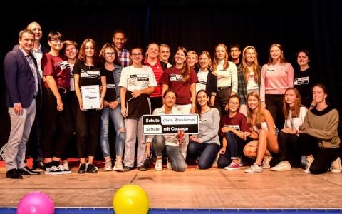 Dr. Martin Buchwaldt und Klaus Schilling (links) mit der Theatergruppe und Lehrerin Dr. Nike Meißner (voren mitte) der Gutenbergschule Foto: Volker Watschounek