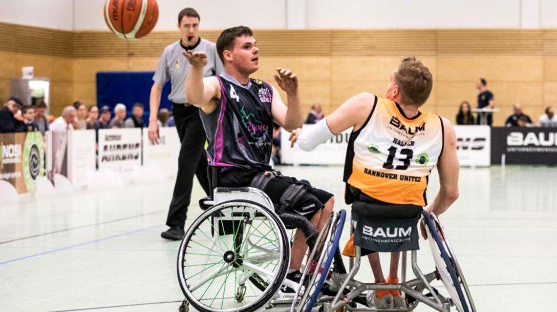 Marvin Malsy passt den Ball weiter bevor in Nationalmannschaftskapitän Jan Haller stören kann ©2018 Steffie-Wunderlich