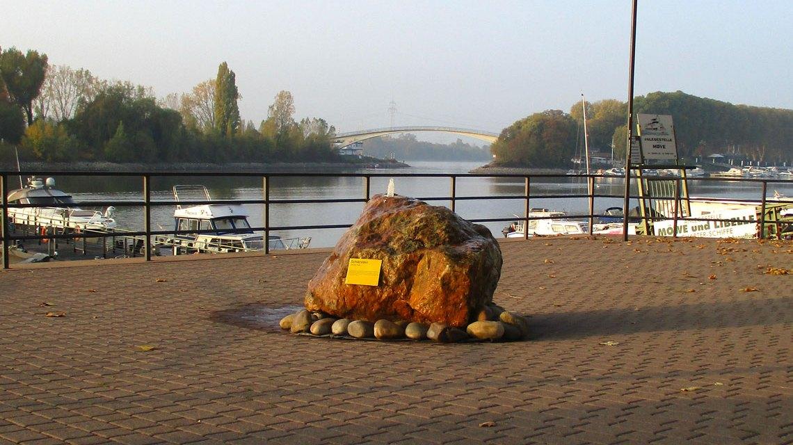 Neuer Quellstein am Schiersteiner Hafen. ©2018 Interessengemeinschaft
