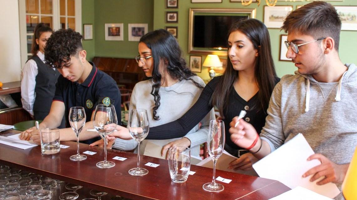 Welches Glas zu welchem Getränk. Schüler probieren sich im Hotel Oaranien. ©2018 Job Navi