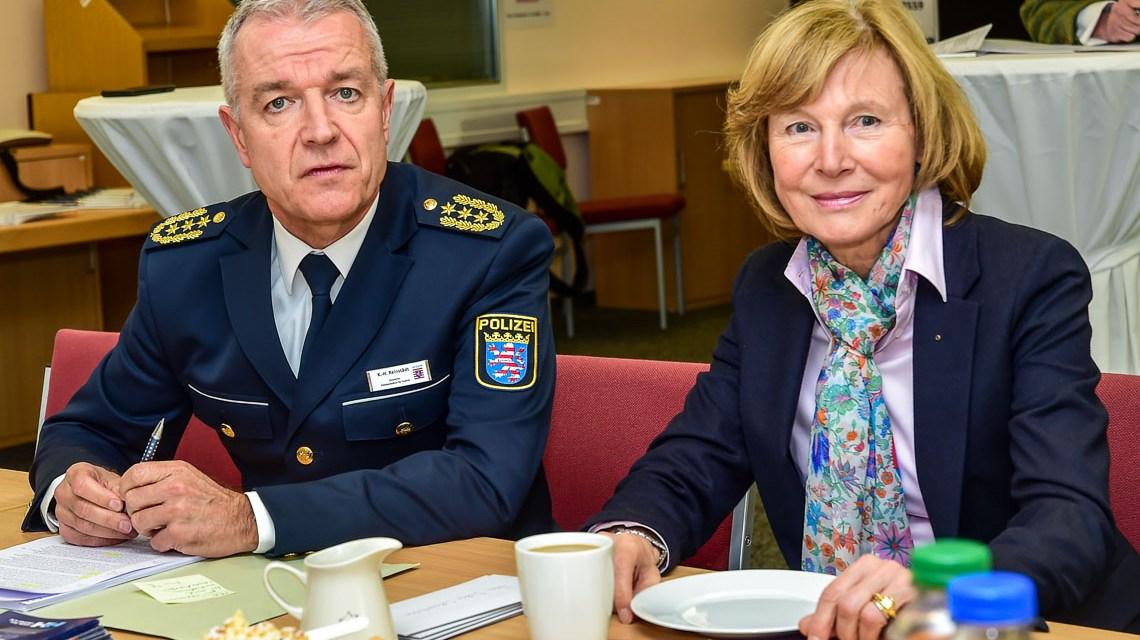 Hildegard Becker-Toussaint, Karl-Hein Reinstädt im Rahmen der Feierstunde im Callcenter des HPT, Hessisches Polizeipräsidiium für Technik.