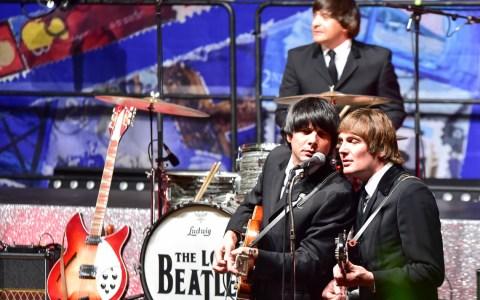 Absolut authentisch, mit dem unverwechselbaren Sound der legendären Beatels begeisterte die Coverband mit der Beatkes Show die Gäste im Kurhaus. Foto: Volker Watschounek