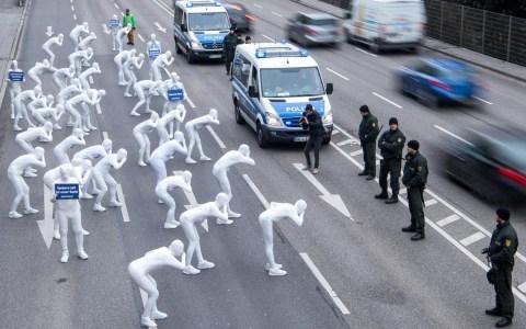 Bilder des Jahres: Sebastian Gollnow. Demonstranten in Ganzkörperanzügen nehmen an einer Demonstration der Umweltschutzorganisation Greenpeace gegen die Gesundheitsbelastung durch Diesel-Abgase teil. ©2019 Sebastian Gollnow/dpa