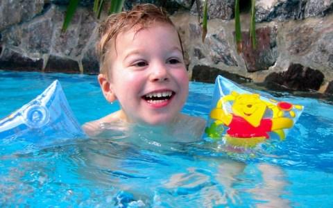 Junge mit Schwimmflügeln ©2019 Michael Muecke ©2019 CC BY-SA-2.0