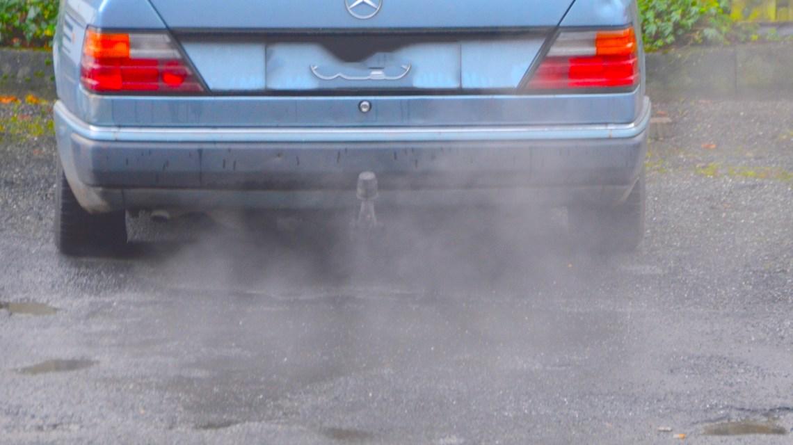 Sie fahren immer noch ... und ihr Motor läuft und läuft. Im Bild ein Mercedes Diesel Bj. 1990. ©2017 Flickr / Karl Ludwig Poggemann