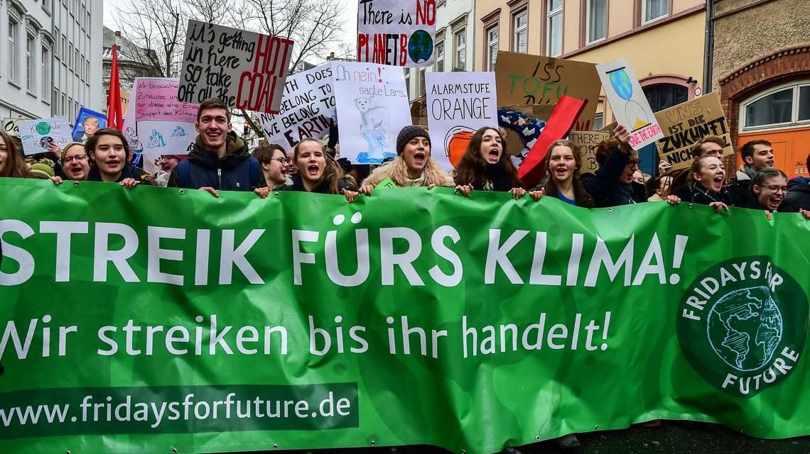 Fridays for Future. Rund 500 Schüler ziehen vom Bahnhof durch die Oranienstraße zum Rathaus. ©2019 Volker Watschounek