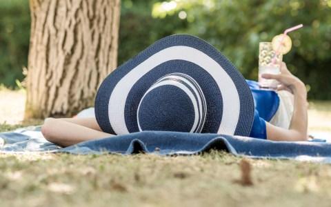 Ein schattiges Plätzchen und ein Getränk helfen bei Hitze, den Kreislauf in Schwung zu halten. ©2019 Wetter online