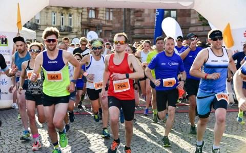 Start zum 2. Midsummer Run Wiesbaden vor dem Rathaus am Dernschen Gelände. ©2019 Volker Watshounek