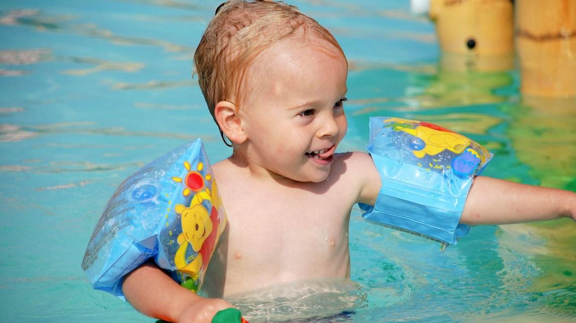 Integrationspreis, Symbolbild. Junge mit Schwimmfluegeln ©2019 Flickr / Michael Muecke / CC BY-SA 2.