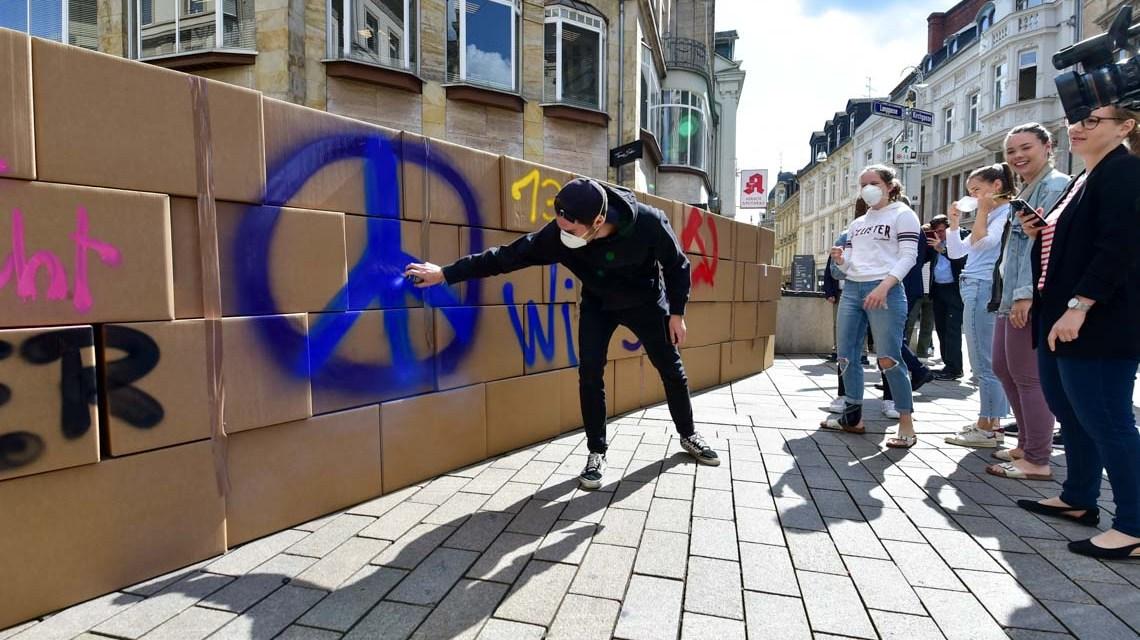 Schüler der Gutenberg und Dilthey Schule bauen in der Fußgängerzone (Kirchgasse) am Tag des SStarts des Mauerbaus in Berlin, zusammen mit Staatsminister Axel Wintermeyer, eine Mauer und sprechen Menschen direkt auf ihre Erinnertungen an. @2019 Volker Wattschounek