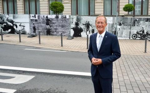 Mauerfall : Staatsminister Axel Wintermeyer vor der Fotowand, die an der Hessischen Staatskanzlei an den Fall der Berliner Mauer vor 30 Jahren erinnert. ©2019 Hessische Staatskanzlei