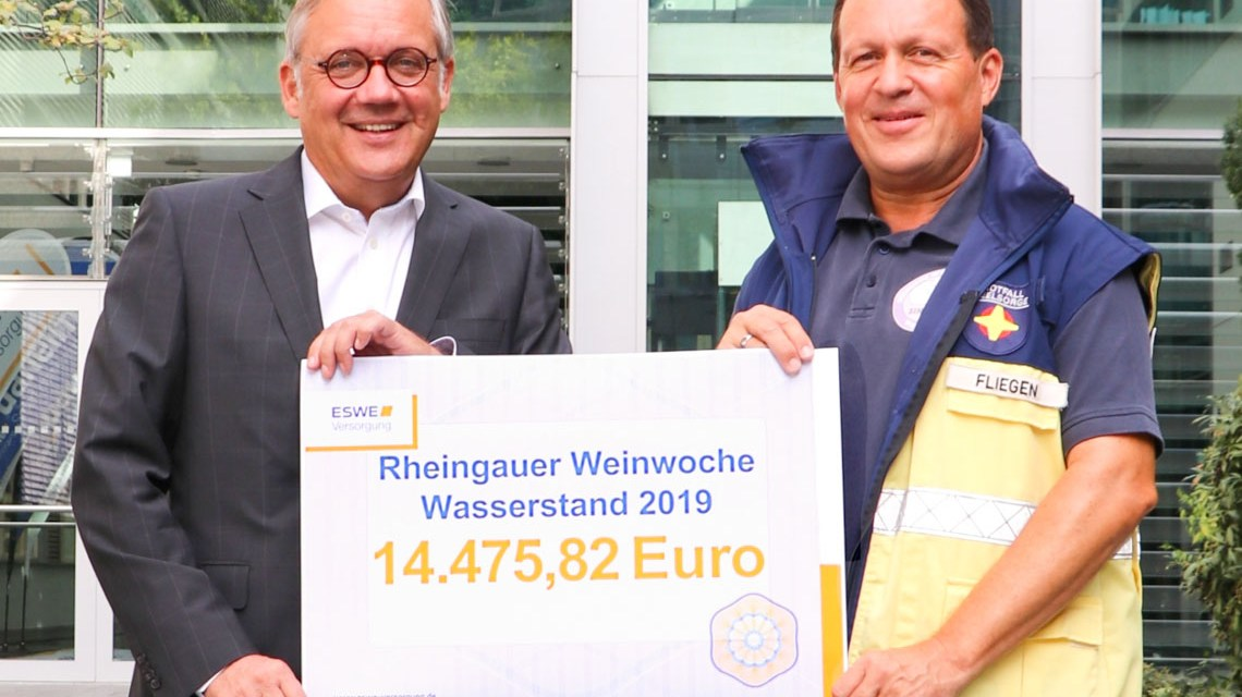 Freuen sich über das tolle Spendenergebnis: Ralf Schodlok (l.) und Christoph Fliegen während der Scheckübergabe bei ESWE Versorgung