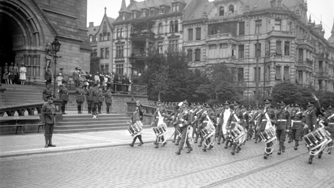 yWiesbaden 1929, Parade der englischen Truppen beim Abzug. ©2019 Bundesarchiv, Bild 102-08401, CC BY-SA 3.0 de