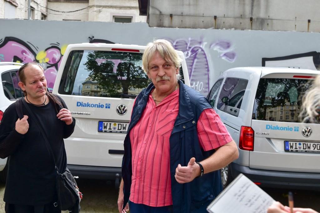 Erich Schmidt einst auf der Straße, zeigt im Rahmen einer Führung wo Obdachlose in Wiesbaden leben. Foto: Volker Watschounek
