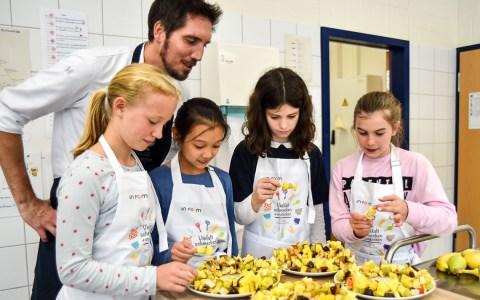 """""""Besser essen – besser lernen – besser drauf"""". Kichael Kammermeier kocht mit Schülern. ©2019 Volker Watschounek"""